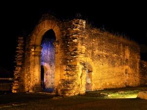 Acredita-se que os escravos tenham escondido ouro nas paredes da ruínas da igreja (Foto: Clóvis Cruvinel/ Acervo pessoal)