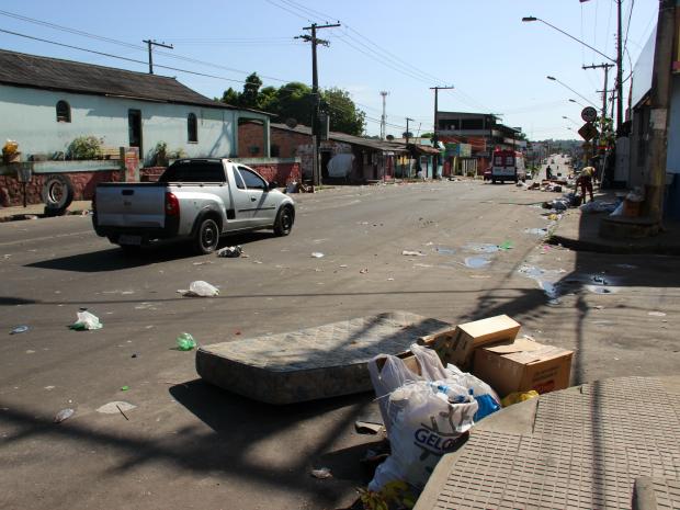 Colchão foi deixado na via após banda (Foto: Jamile Alves/G1 AM)