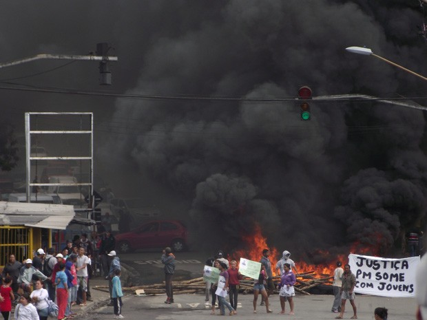 Manifestantes protestam em avenida de Guarulhos na tarde desta terça-feira (17) (Foto: Valquiria Silva dos Santos/VC no G1)