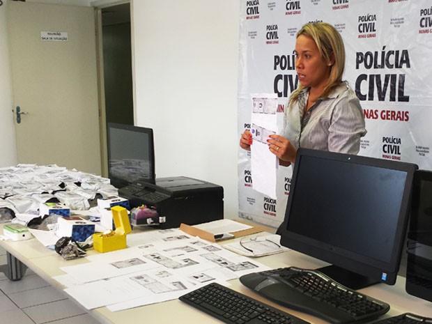 Delegada apresenta materiais comprados por meio da fraude (Foto: Michele Marie / G1)