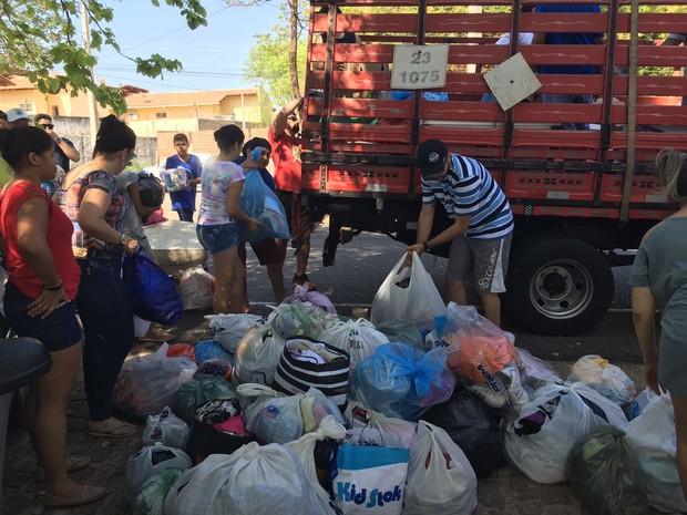 Multidão cmpareceu para doar roupas, colções e até móveis (Foto: Vinicius Vainner/TV Clube)