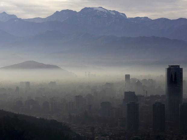 Vista de Santiago, no Chile. As autoridades do país declararam estado de emergência ambiental para a região metropolitana da cidade, forçando a parada de mais de 900 indústrias e cerca de 40% da frota de 1,7 milhões de carros por 24 horas (Foto: Ueslei Marcelino/Reuters)
