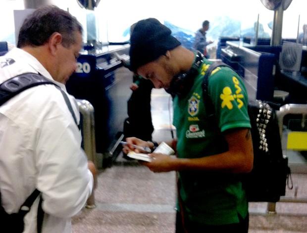 Neymar chegada seleção brasileira na China (Foto: Márcio Iannacca)