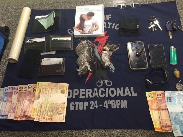 Dinheiro, droga e objetos apreendidos com suspeitos de tráfico e noivo que comprava maconha (Foto: Polícia Militar/Divulgação)