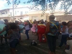 Jovem foi preso sob suspeita de atear fogo em ônibus de Simões Filho (Foto: Ivanir dos Santos)