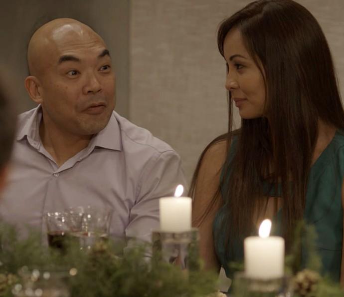 Akira pede para marcar a data do casamento com Hirô (Foto: TV Globo)