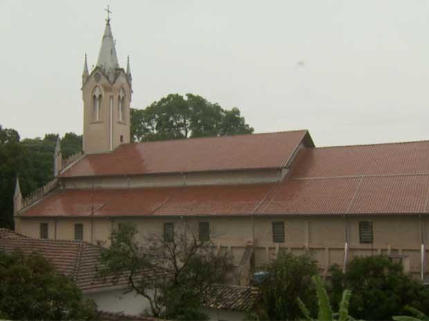 Manifestantes protestam contra a situação do prédio histórico de igreja em Mogi Mirim (SP) (Foto: Reprodução EPTV)