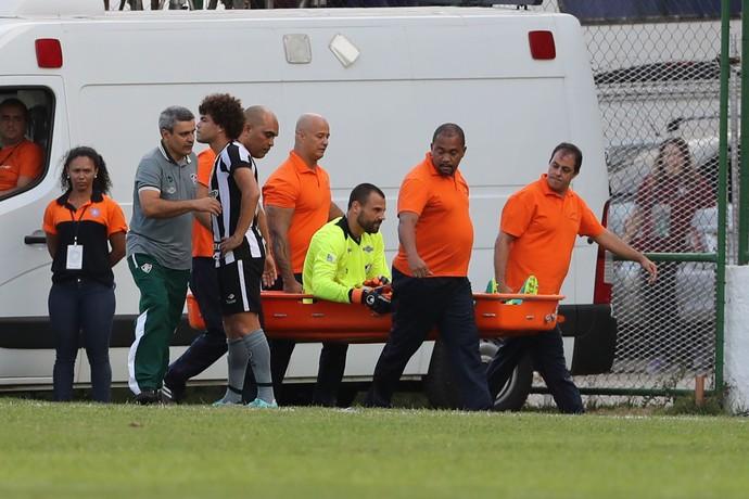 Diego Cavalieri machucado Botafogo x Fluminense (Foto: DANIEL CASTELO BRANCO/AGÊNCIA O DIA/ESTADÃO CONTEÚDO)