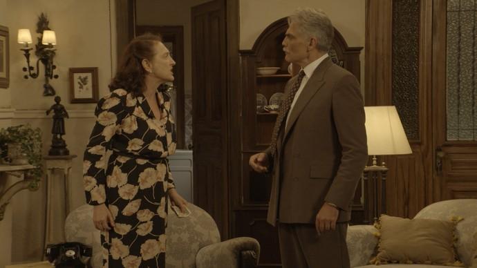 Severo discute com a mulher, antes de jogá-la no chão (Foto: TV Globo)