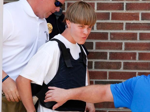 Dylann Roof, principal suspeito de matar nove pessoas em uma igreja em Charleston, na Carolina do Sul, é transferido para uma corte em Shelby, na Carolina do Norte. O ataque está sendo investigado pelas autoridades do EUA como um crime de ódio (Foto: Jason Miczek/Reuters)
