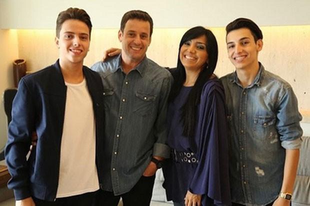 Eyshila com o marido, Odilon Santos, e os filhos Lucas e Matheus  (Foto: Reprodução)