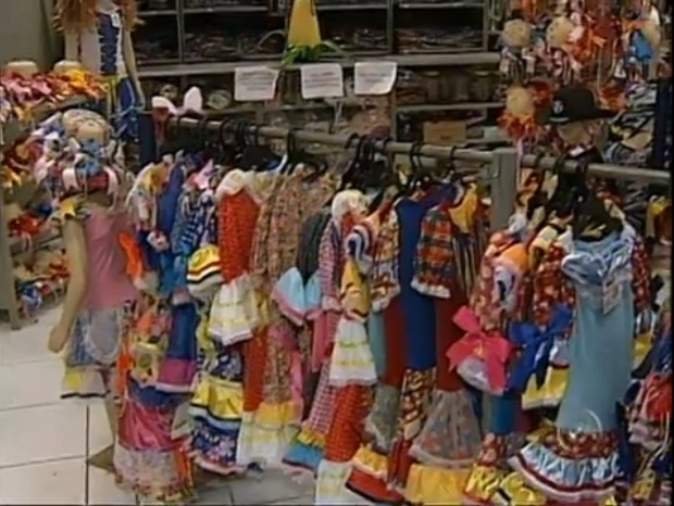 Lojas têm opções de roupas para todos os gostos (Foto: Reprodução/TV Tem)