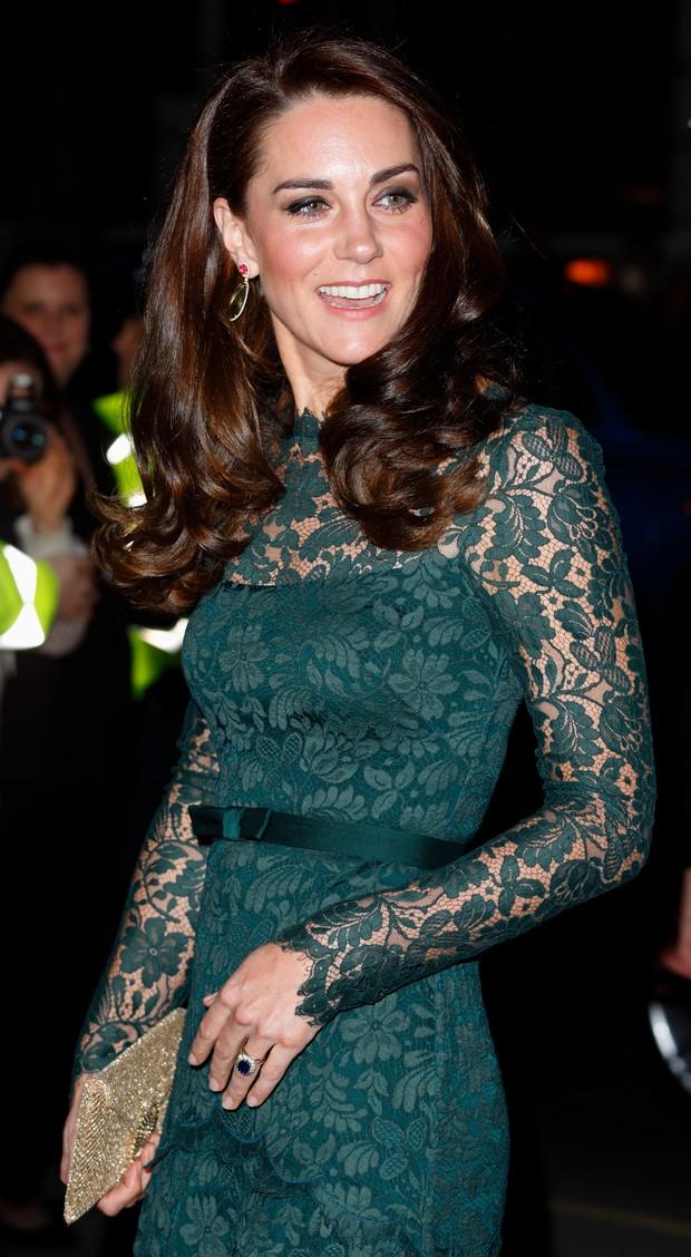 Kate Middleton usa vestido longo verde em baile de gala (Foto: Getty Image)