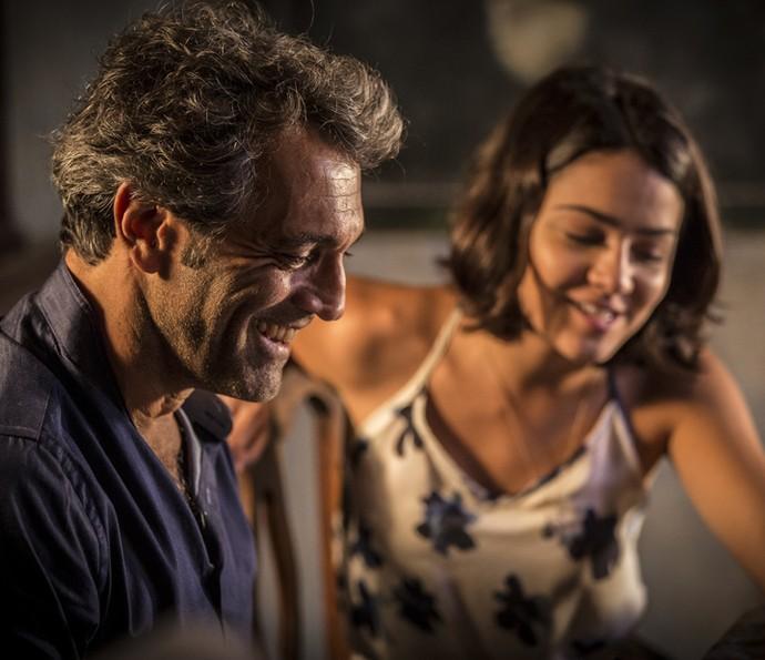 Santo deixa Olívia mais confiante (Foto: Inácio Moraes/ Gshow)