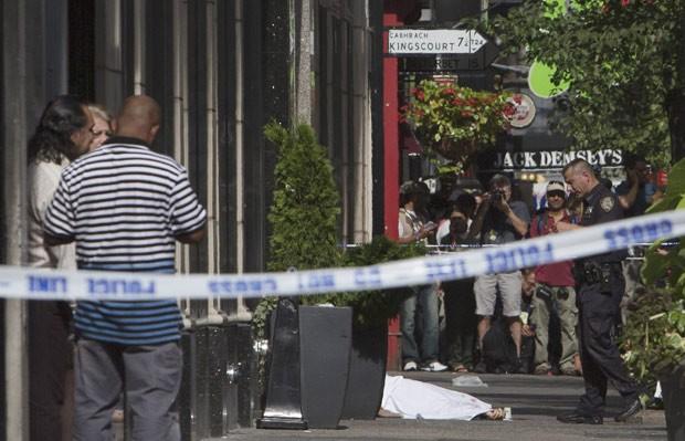 Corpo é visto coberto em área do tiroteio isolada pela polícia em frente ao Empire State Building, em Manhattan (Foto: Andrew Kelly/Getty Images/AFP)