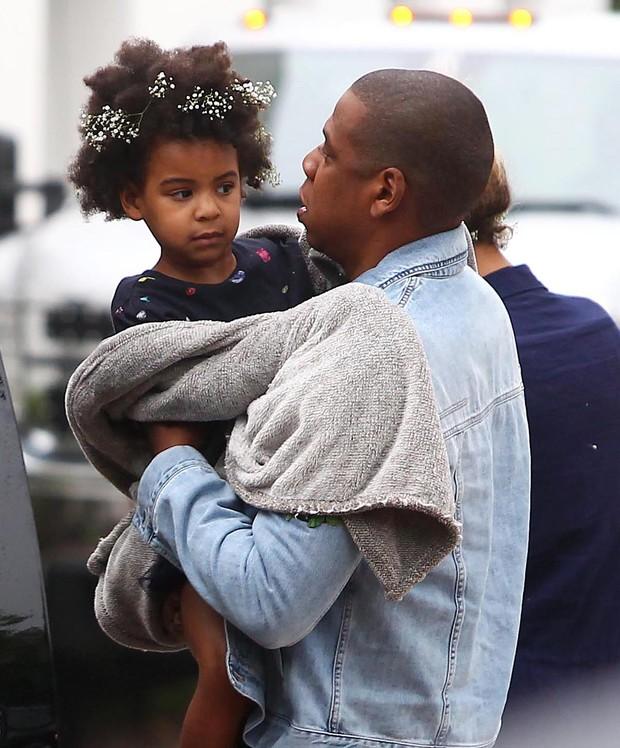Jay-Z com Blue Ivy em Nova York, nos Estados Unidos (Foto: Grosby Group/ Agência)