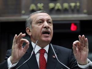 O premiê da Turquia, Recep Tayyip Erdogan, fala ao Parlamento nesta terça-feira (18) em Ancara (Foto: AFP)