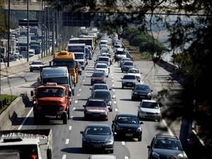Trânsito na Marginal Tietê, sentido Interlagos, em São Paulo. Houve aumento significativo do fluxo com a proximidade do jogo do Brasil contra a Colômbia pela Copa do Mundo, às 17h (Foto: Felipe Rau/Estadão Conteúdo)