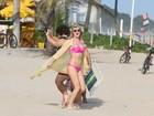 Que saúde! Fiorella Mattheis filma longa de biquíni na orla do Rio