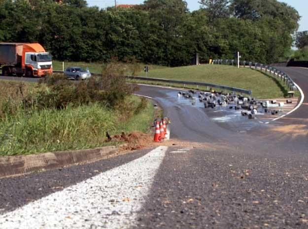 Latas de tinha espalhadas pela pista em acidente nesta segunda-feira em Campinas (Foto: Reprodução EPTV)