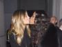Heidi Klum e Naomi Campbell dão selinho em evento da amfAR nos EUA