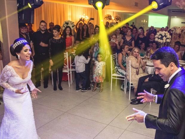 Momento em que noivos dançam sucesso de  Washington Brasileiro viralizou na web (Foto: Vinicius Cantuares/Divulgação)