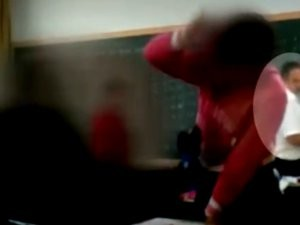 V&#237;deo mostra que professor estava na sala quando a agress&#227;o come&#231;ou (Foto: Reprodu&#231;&#227;o)
