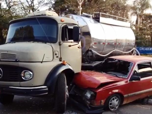 Carro foi parar embaixo do caminhão em acidente em Poços de Caldas (Foto: Josafá Rodrigues)