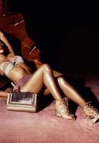 De lingerie, Paolla Oliveira posa sexy para campanha
