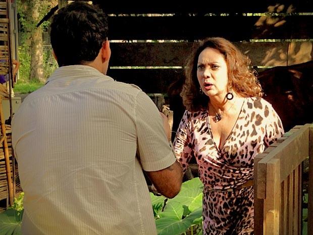 Revoltada, ela o xinga de tudo quanto é nome e vai embora (Foto: Avenida Brasil/TV Globo)