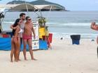 Thiago Lacerda e Cauã Reymond esbanjam energia em praia do Rio