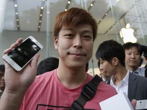 Japonês comemora compra de um dos primeiros iPhone 6 vendidos no país (Foto: Reuters)