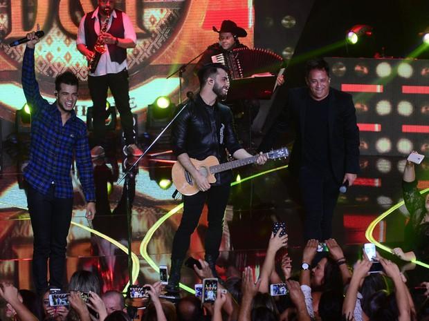 Dablio e Phillipe com Leonardo em show em Goiânia, Goiás (Foto: Francisco Cepeda/ Ag. News)