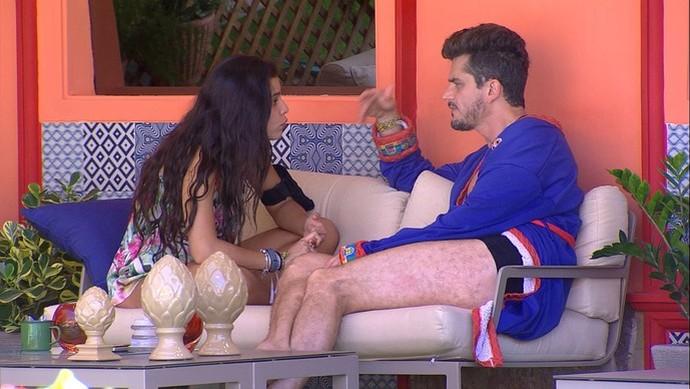 Marcos e Emilly terminam relacionamento, só que não (Foto: TV Globo)