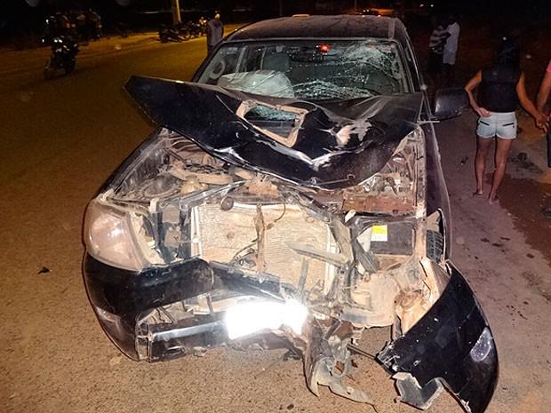 Frente do carro que bateu em moto ficou totalmente destruída. (Foto: Sigi Vilares/ Blog do Sigi Vilares)