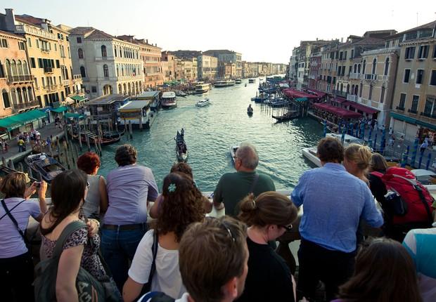 Turistas se acotovelam em ponte de Veneza, na Itália (Foto: Ian Gavan/Getty Images)