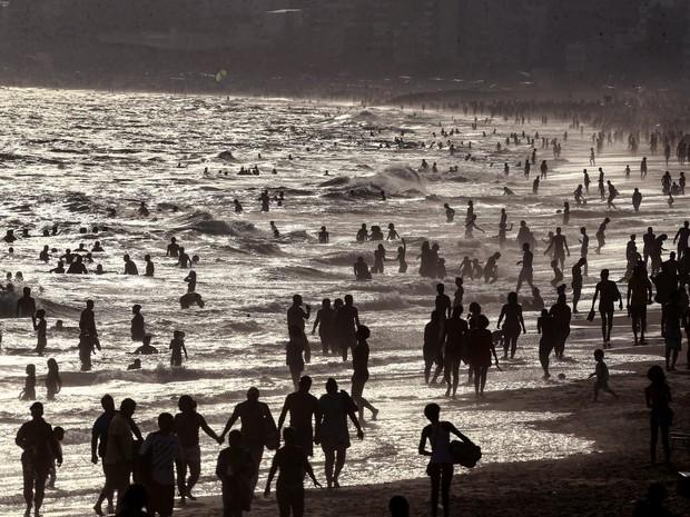 Banhistas aproveitam o fim de tarde de forte calor na praia de Ipanema, na zona sul do Rio de Janeiro. A temperatura na cidade atingiu 42,8ºC, a terceira maior em 100 anos, segundo balanço do Climatempo (Foto: Fábio Motta/Estadão Conteúdo)