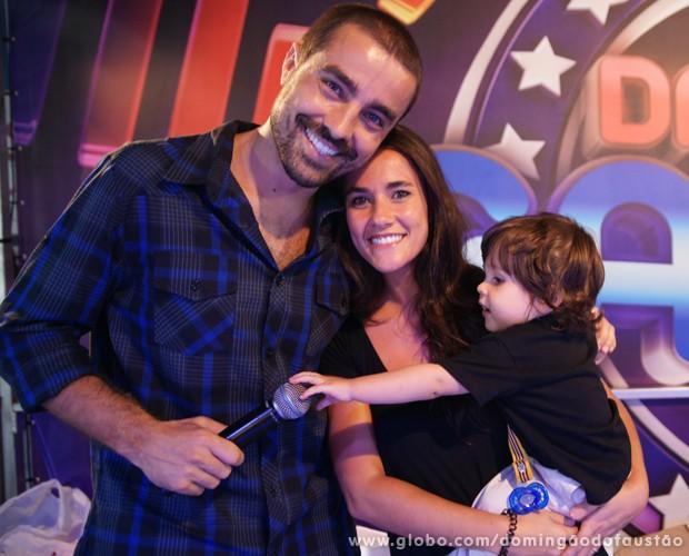 Vicente tentar roubar o microfone do pai. Será vocação para artista? (Foto: Domingão do Faustão / TV Globo)