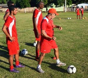 Treino no campo do Rei Pelé rendeu observações quanto aos passes de bola e táticas de jogo (Foto: Tércio Neto/GloboEsporte.com)