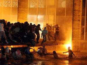 Brasília - Polícia tenta afastar os manifestantes que tentam invadir o prédio do Itamaraty (Foto: André Dusek/Estadão Conteúdo)