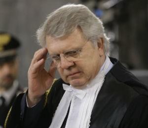 O advogado de Berlusconi, Piero Longo, ouve a sentença do juiz em Milão, na Itália (Foto: Luca Bruno/AP)