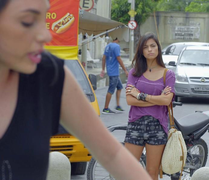 Krica observa de longe e faz cara feia (Foto: TV Globo)