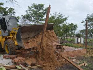 Trator foi usado na reintegração de posse em Macapá (Foto: Abinoan Santiago/G1)
