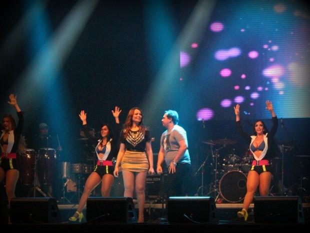 A banda Aviões do Forró abriu o shoe com a música tema da personagem Suelen da novela Avenida Brasil, 'Correndo Atrás de Mim' (Foto: Mônica Dias/G1)