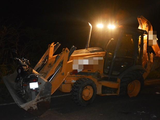 Condutor do trator não teve ferimentos (Foto: Anderson Oliveira/ Blog do Anderson)