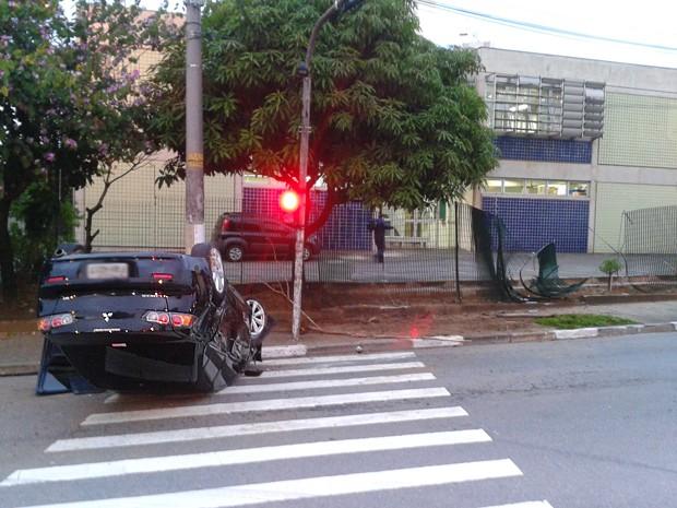 Veículo se chcou com grade de proteção na avenida Heitor Penteado, em São Paulo (Foto: Rafael Miotto/G1)