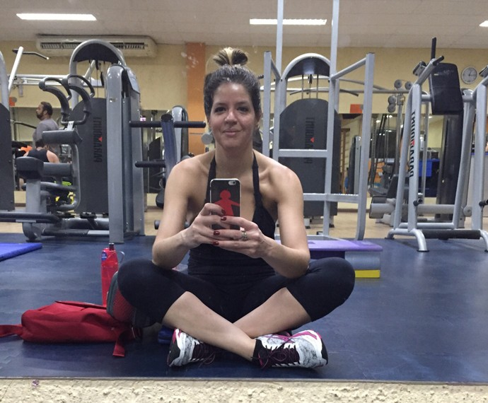 Mariana Santos em academia preparando-se para o treino de MMA (Foto: Arquivo Pessoal)
