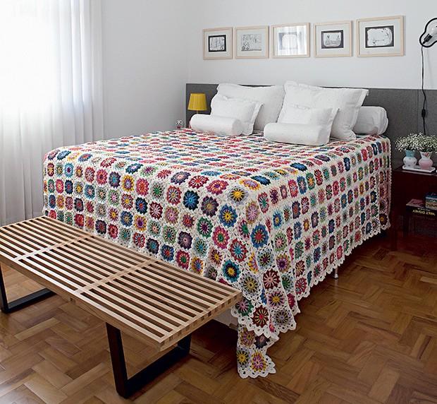 Quarto do casal | A colcha de quadrados de crochê foi feita pelo ateliê Café com Linha, o mesmo que fez o vestido de noiva de Vanessa. Banco, da Artesian (Foto: Lufe Gomes/Casa e Jardim)