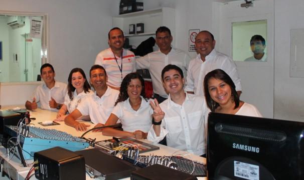 Funcionárias gravam mensagem de final de ano aos telespctadores (Foto: Gabriela Canário)
