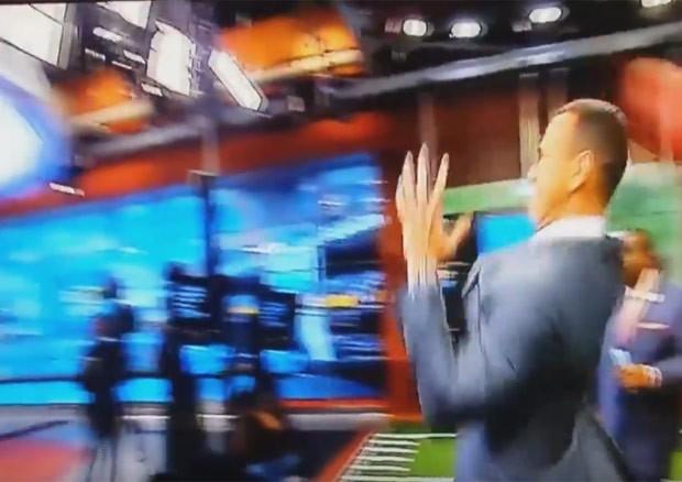 Alex Rodriguez tentou lance à la quarterback, mas acabou acerta tela (Foto: Reprodução/YouTube/WorldStarHipHop)